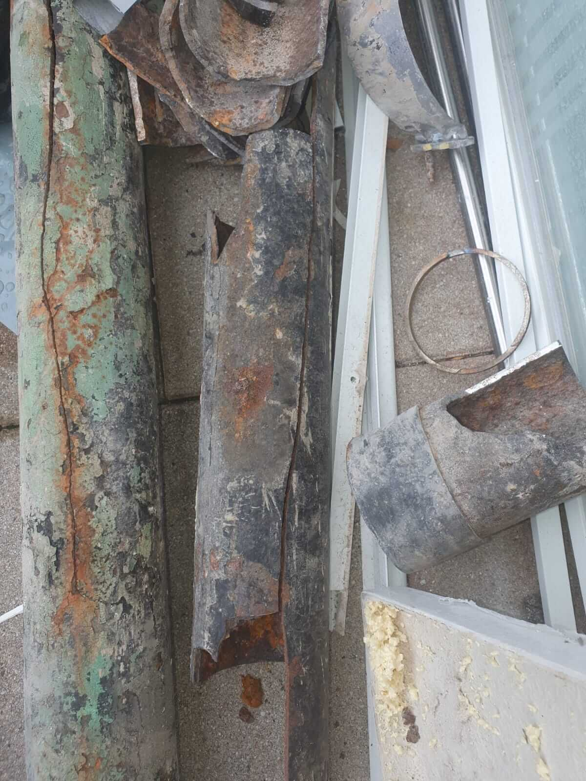 Abwasserleitung Guß Rohr von hinten gerissen auf ca 2 Meter,Fehler gefunden und neues Sml(Gußrohr) eingebaut.